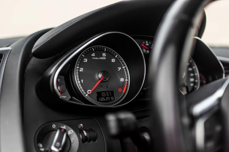 Audi R8 meters