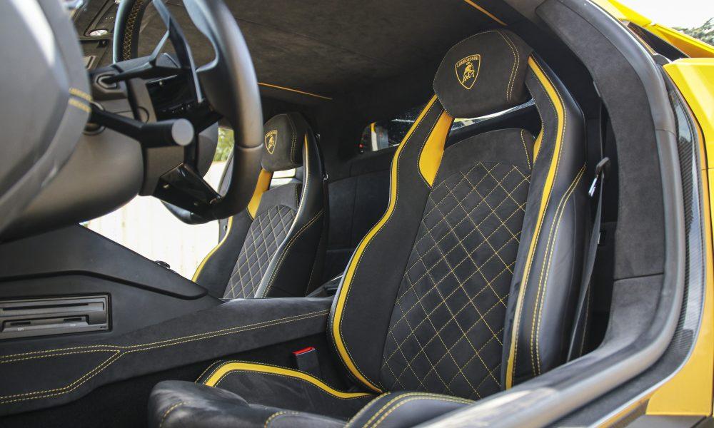 Lamborghini Aventador S seats huren